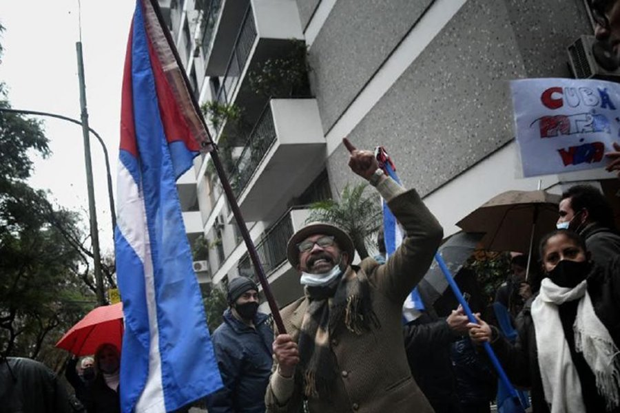 Marchas a favor y en contra del gobierno de Cuba ante la Embajada en Argentina
