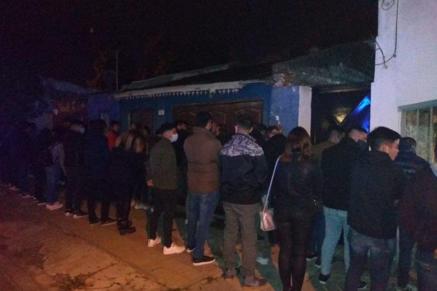 Policías desbarataron fiesta clandestina con 62 personas