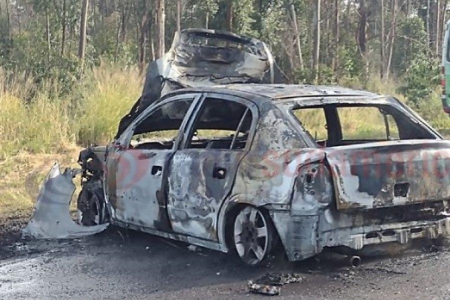 Auto se prendió fuego tras chocar contra un camión cerca de Bella Vista