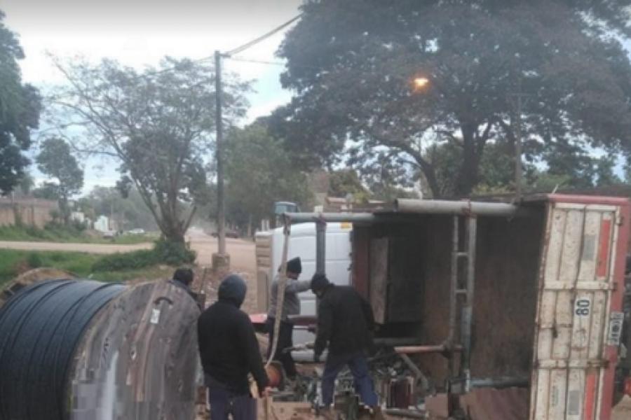 Volcó camión cargado con rollos de cables y causó corte de tránsito