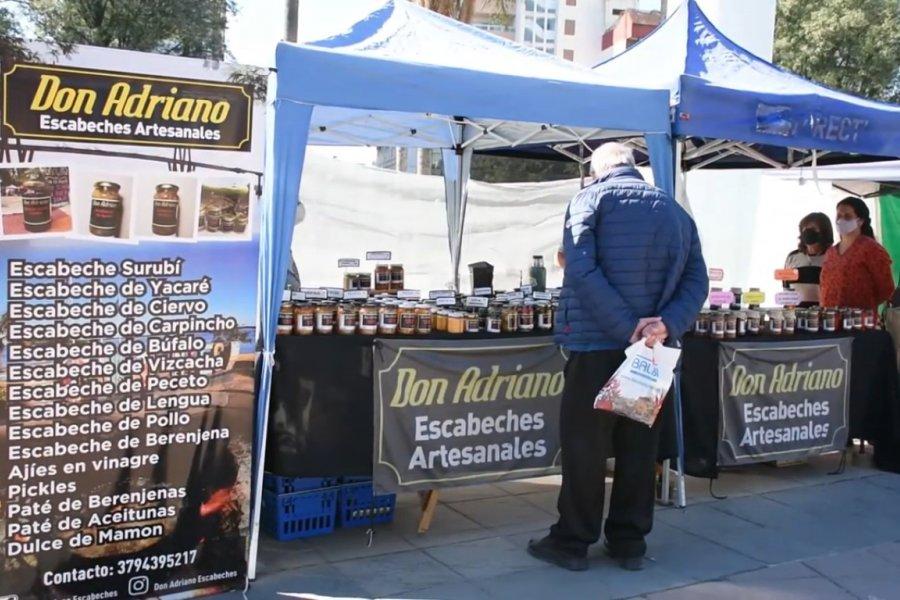 Los artesanos comercializan sus productos en la Plaza Cabral