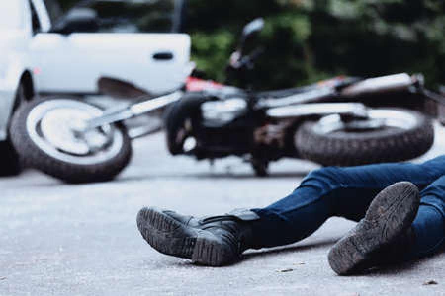 Un joven murió al chocar una moto contra una camioneta