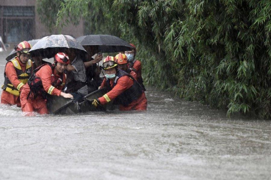 El tifón In-Fa tocó tierra tras devastadoras inundaciones