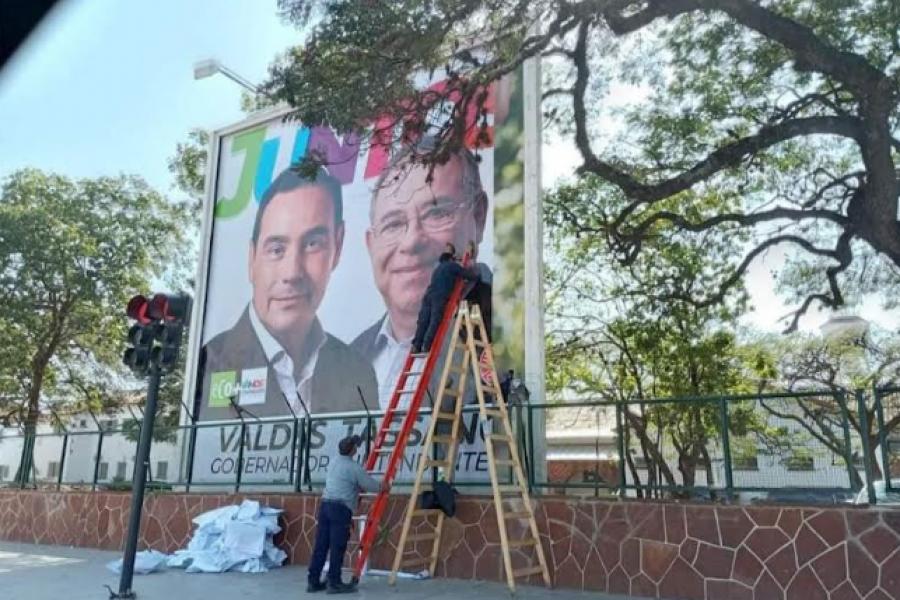 Polémica y retiro de un cartel proselitista del oficialismo