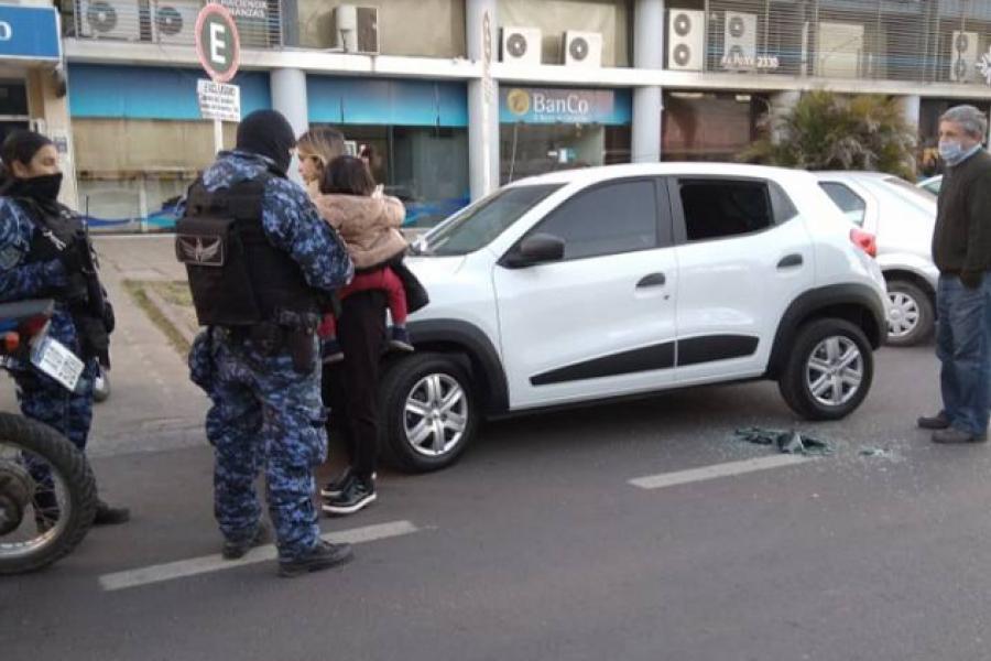 Policía rompió el vidrio de un auto para rescatar a una nena