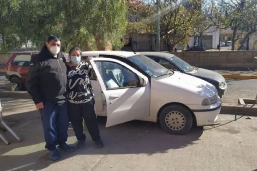 Su hijo está internado por una extraña enfermedad y duermen en el auto para evitar gastos