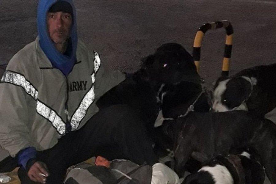 Viaja desde Neuquén hasta Corrientes a pie para no abandonar a sus perros