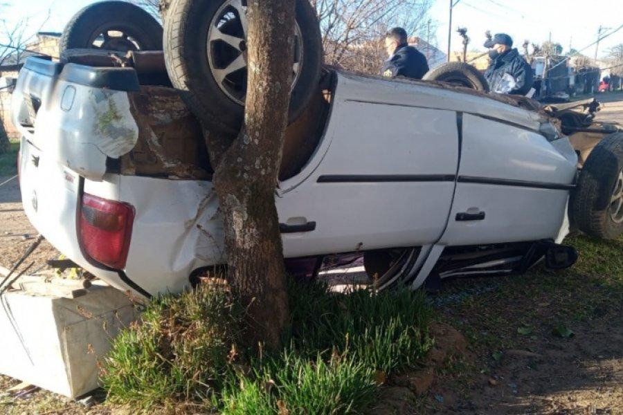 Dos heridos tras impactante vuelco de un auto