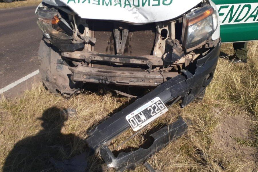 Una camioneta de Gendarmería chocó contra un auto en ruta 27