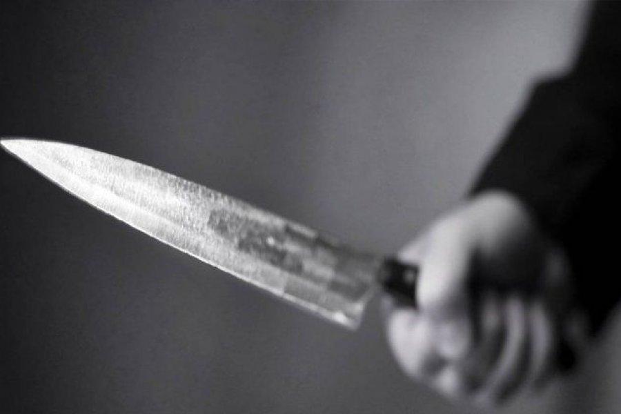 Una mujer quiso matar a su hija con un cuchillo y prenderse fuego