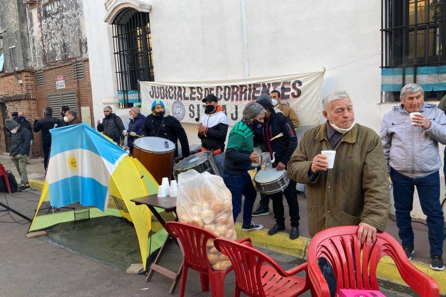 Judiciales y otra protesta con cocido incluido frente al STJ