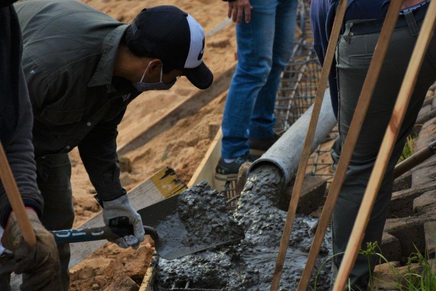 Aprovechando la bajante empezaron obras en la costa del río