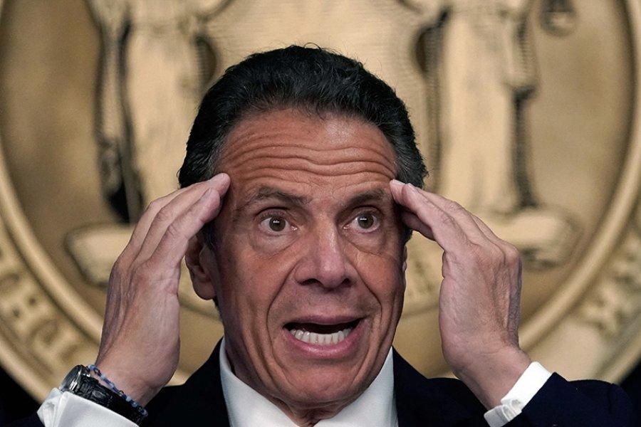 """El gobernador de Nueva York """"bajo fuego"""" por las denuncias en su contra"""