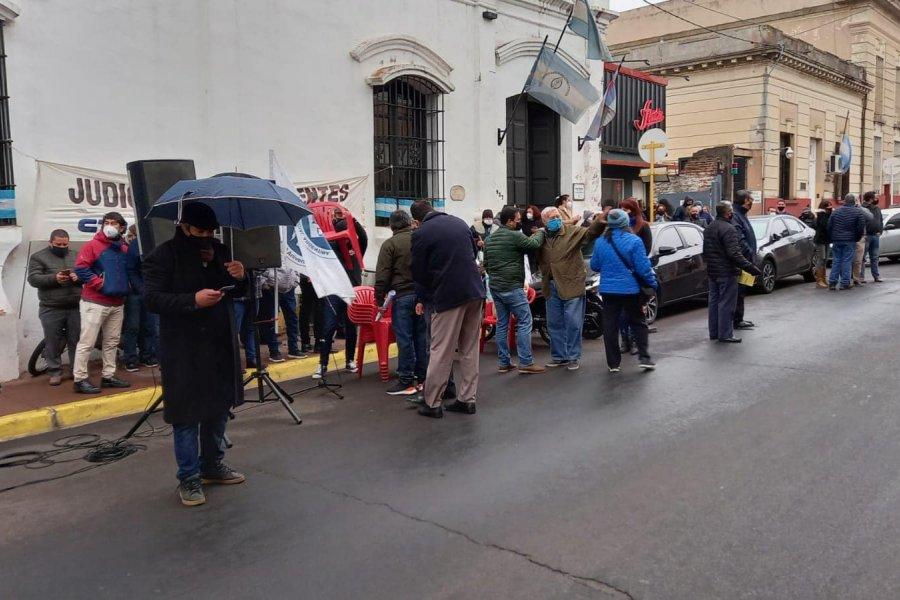 Nueva vigilia y protesta de agentes judiciales de Corrientes