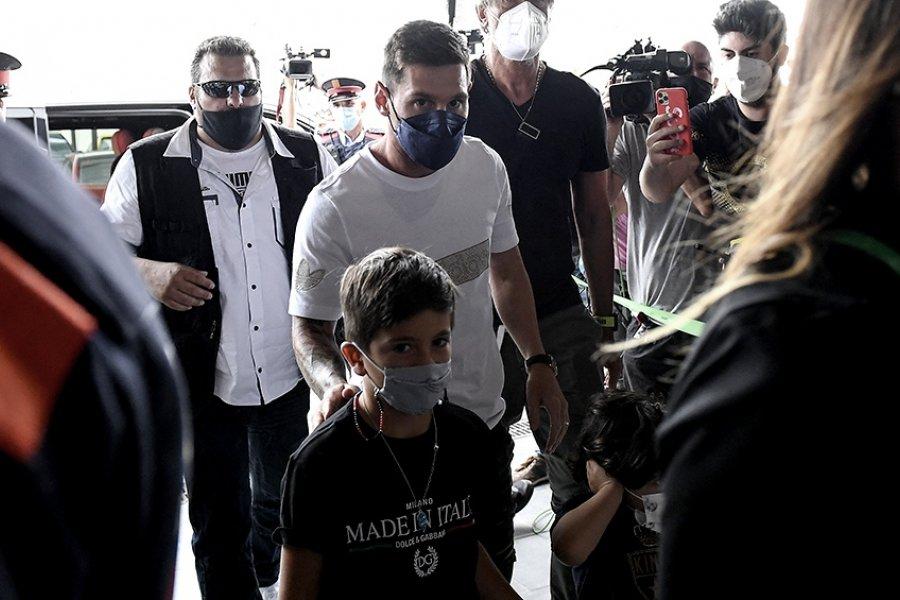 Messi acompañado por su familia llegó a París para firmar con el PSG