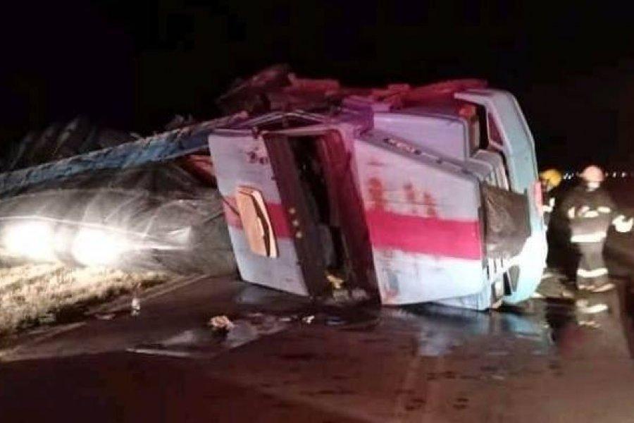 Rescataron al conductor de  un camión tras volcar en Monte Caseros