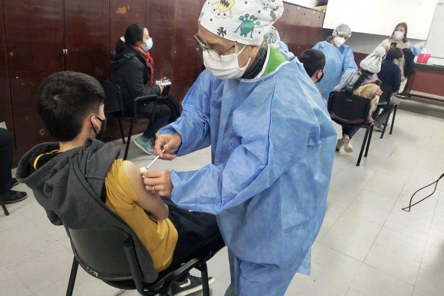 Instan a adolescentes con condiciones  priorizadas a inscribirse para la vacunación