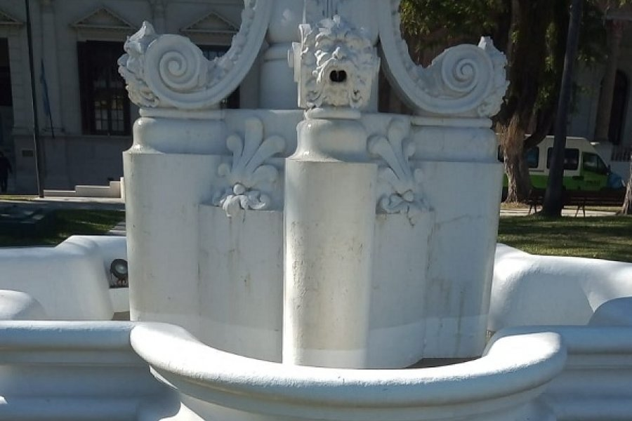 Plaza 25 de Mayo: A menos de 90 días de su inauguración desagotan con baldes la fuente