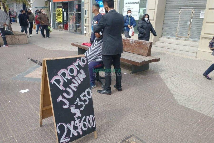 Un peluquero se instala en la peatonal Junín para promocionar su oficio