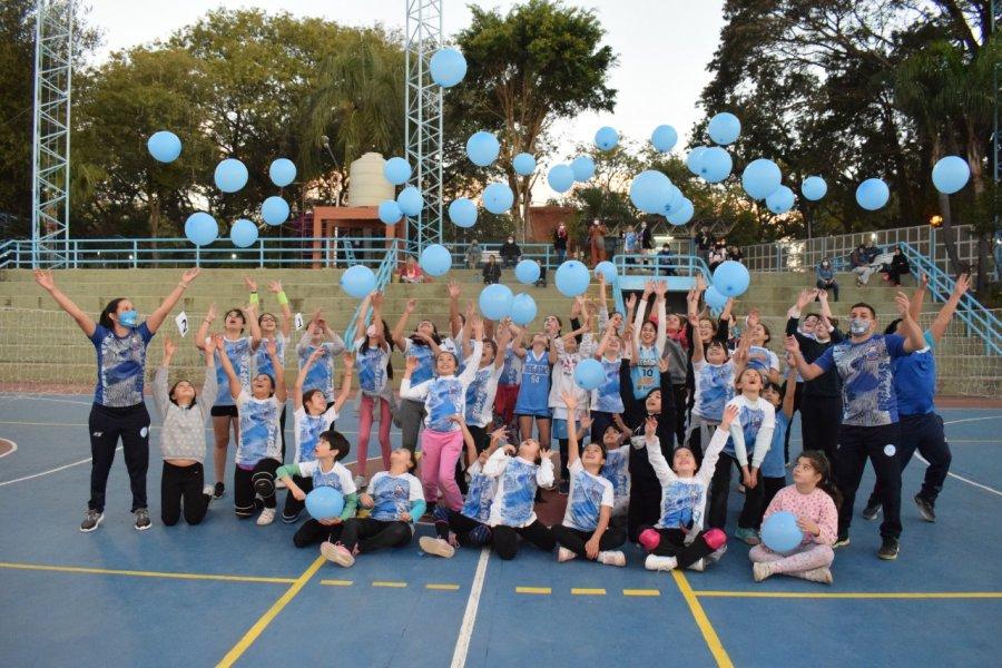 Los niños remeros festejaron su día con vóley y muchos globos