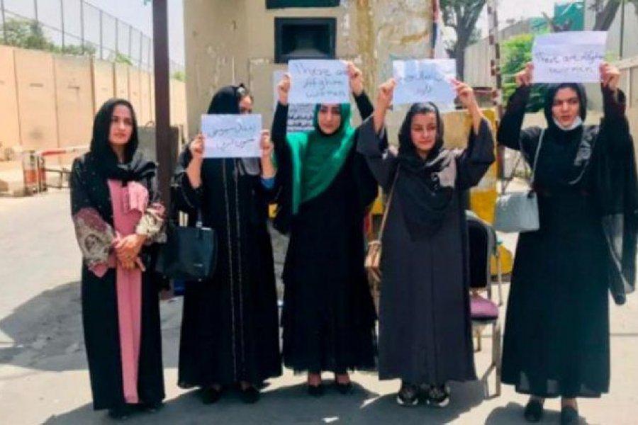 Afganistán: mujeres salieron a protestar tras la toma de poder de los talibanes