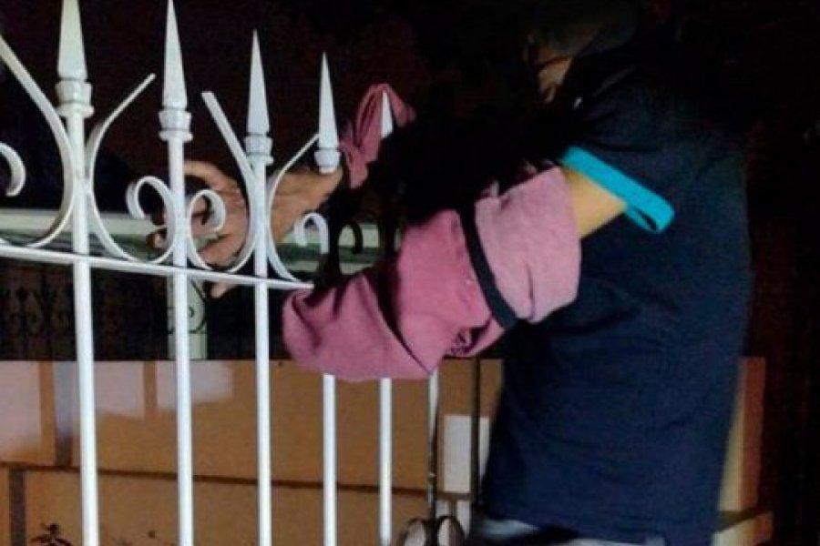 Quedó enganchado en las rejas tras ingresar a una casa para robar