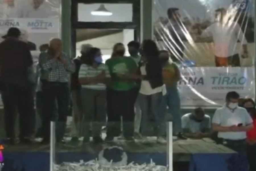 Susto en un acto político en Ituzaingó tras caer una tarima