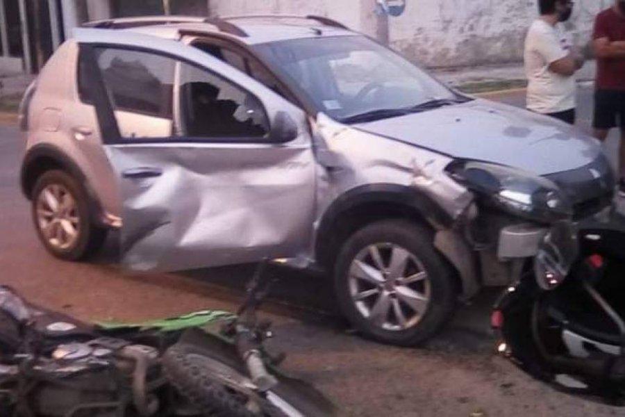 Policía perseguía a un motochorro y colisionó contra un automóvil