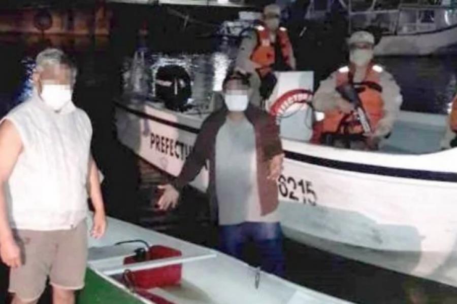 Cayeron de una embarcación y fueron rescatados por Prefectura
