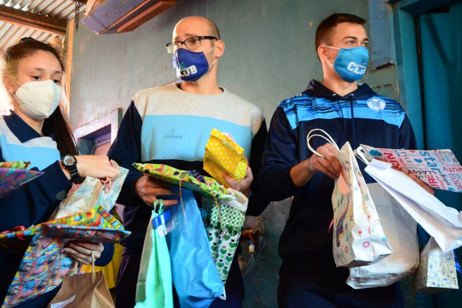 Los minis de Regatas donaron juguetes para un merendero