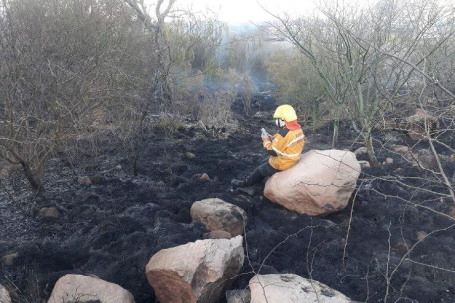 Un bombero terminó de apagar un incendio y se conectó para rendir una materia