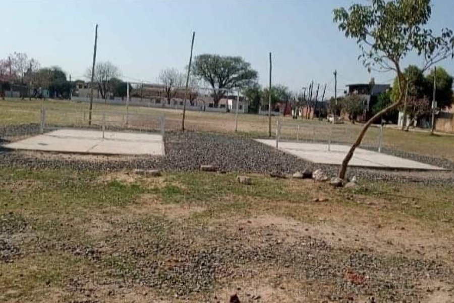 Extraño: Sacan de plazas césped sintético de las canchas de fútbol tenis