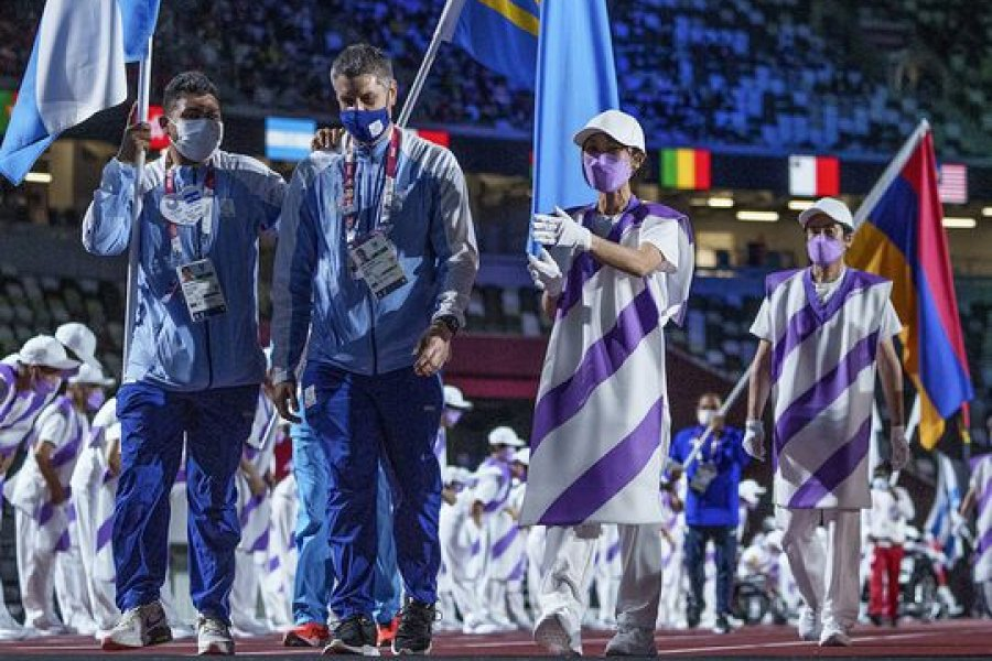Espinillo, goleador de Los Murciélagos, fue el abanderado de Argentina en la ceremonia de clausura