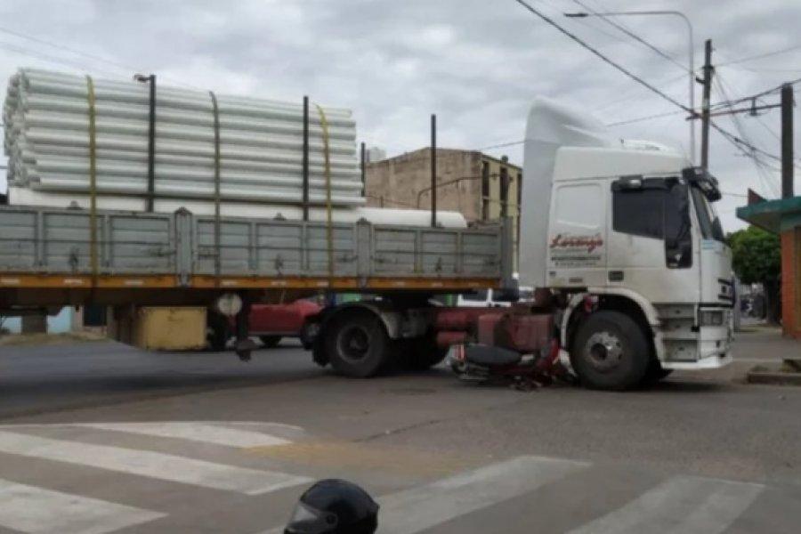 Motociclista quiso adelantarse por la derecha y casi lo aplasta un camión