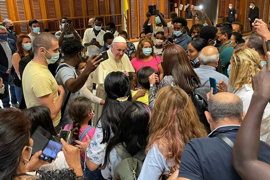 El Papa Francisco recibió a refugiados recién llegados de Afganistán