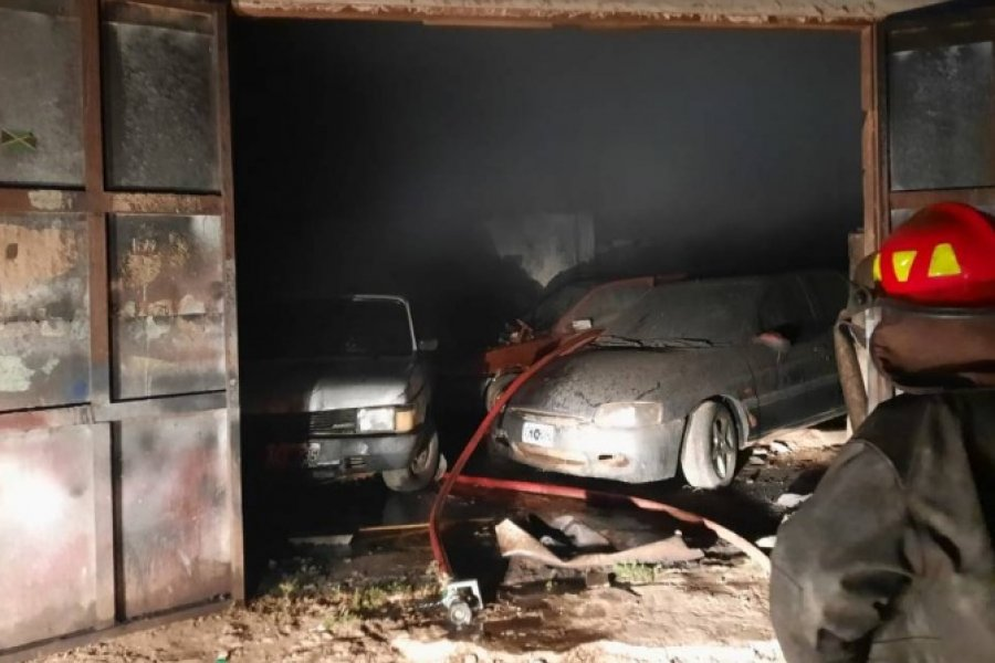 Se incendió un taller mecánico con más de 10 vehículos adentro