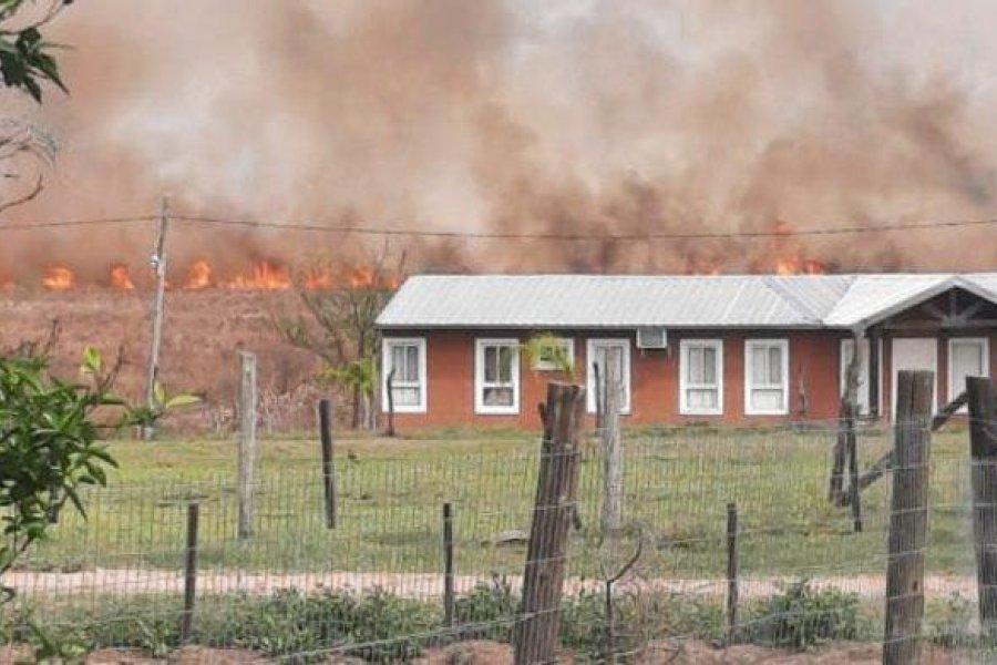 Incendio de pastizales pone en alerta a tres barrios de Santa Ana