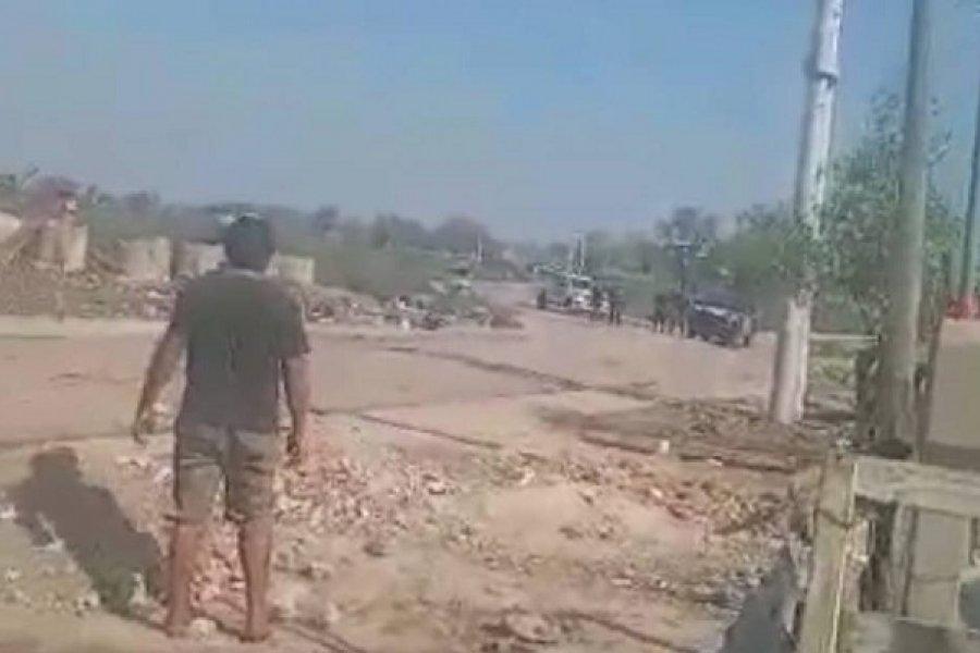 Balas de gomas y piedrazos en enfrentamiento entre policías y vecinos
