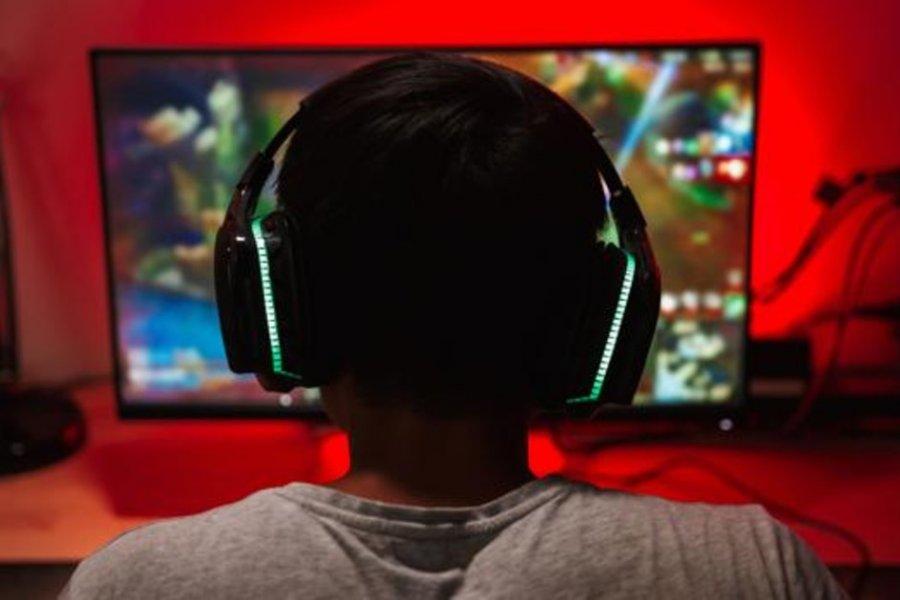 Internaron a un adolescente por su adicción a jugar al Fortnite