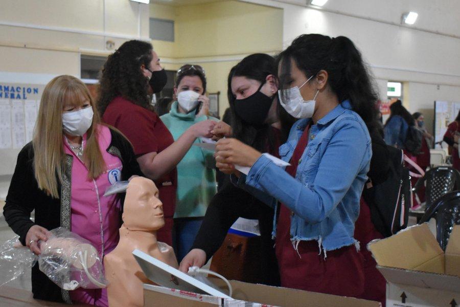 El Intendente Irigoyen entregó una camilla y elementos de practica de RCP a alumnos de Enfermería
