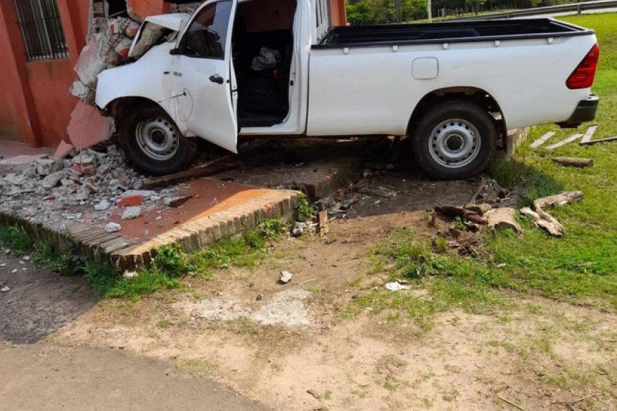 Incrustó su camioneta contra un edificio y terminó en grave estado