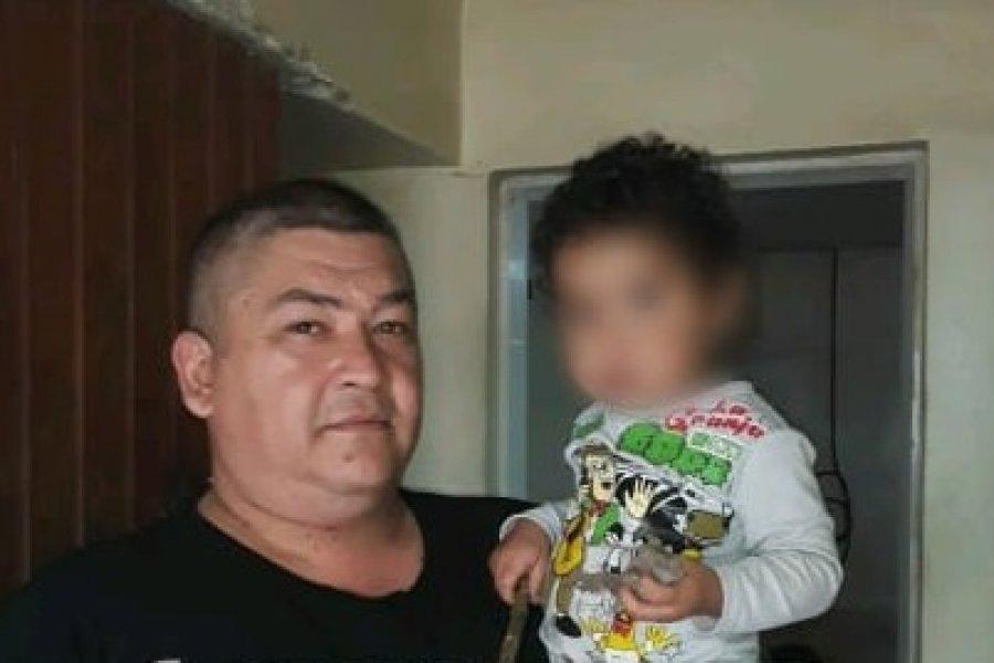 Un policía halló a un niño de dos años en la calle y lo puso a salvo