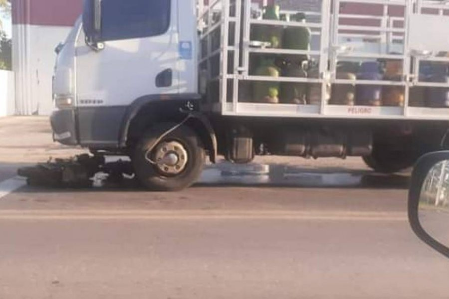 Un joven perdió el control de su moto y fue arrollado por un camión