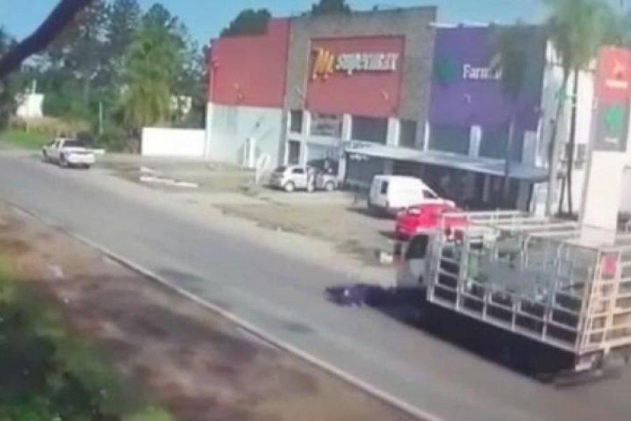 El motociclista atropellado por un camión está con respiración asistida