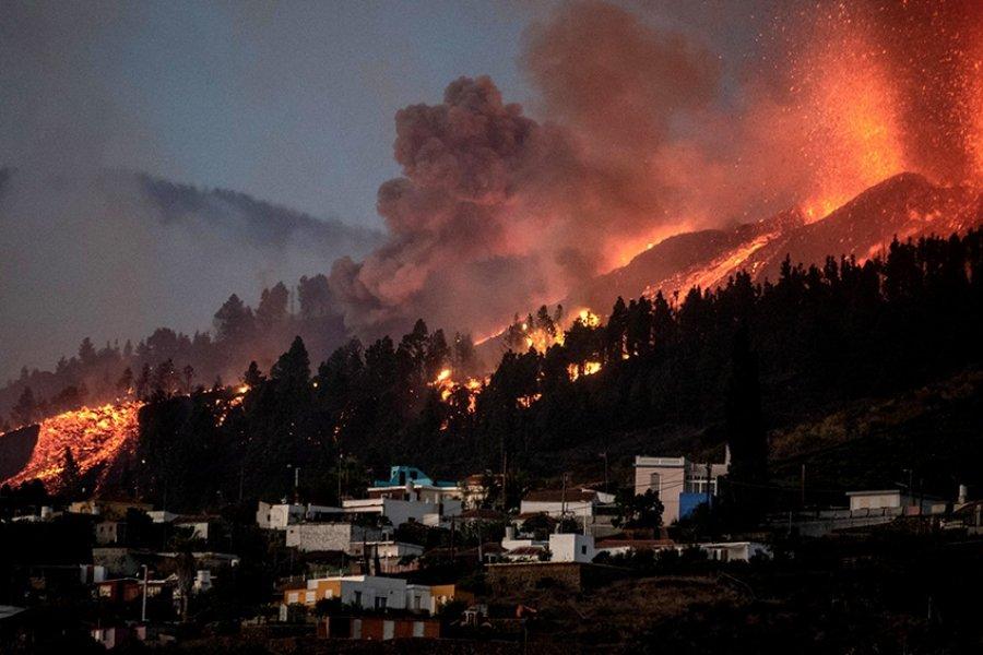 La lava del volcán en Canarias lleva arrasadas 154 hectáreas y 320 edificaciones