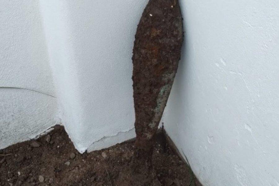 Halló un misil enterrado en su casa cuando cavaba para poner plantas