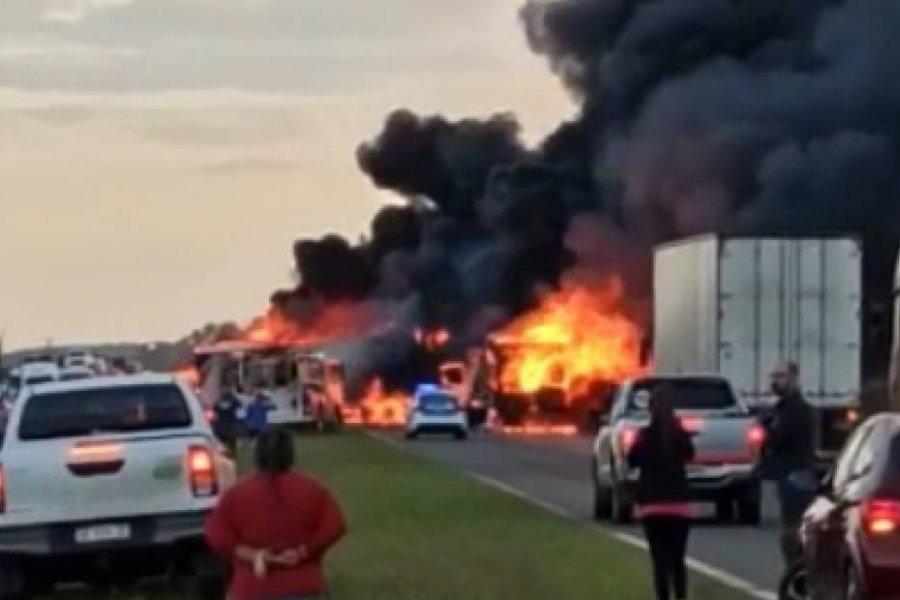 Impresionante incendio de dos camiones en el límite de Corrientes y Entre Ríos