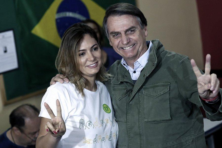 La mujer de Bolsonaro se vacunó en Estados Unidos y recibió una lluvia de críticas