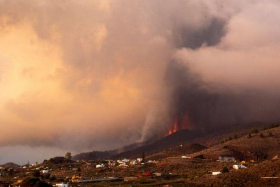 Se desmoronó el cono del volcán Cumbre Vieja: cerraron el aeropuerto por la ceniza