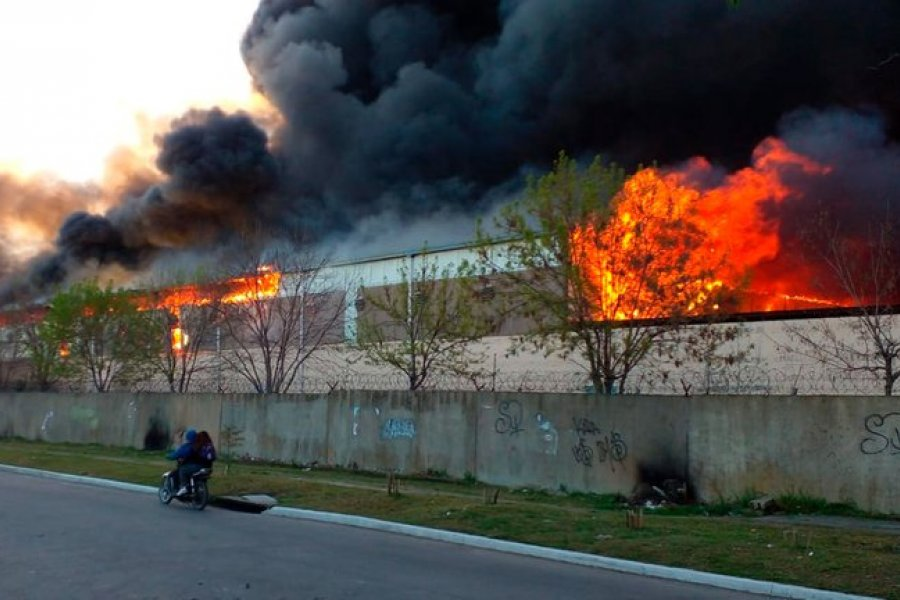Voraz incendio en el Parque Industrial de Quilmes: hay peligro de derrumbe